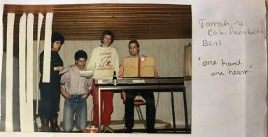 Rob (links), de donkerharige dirgent van het studentenkoor waar ik in zat, met andere koorleden. April 1986
