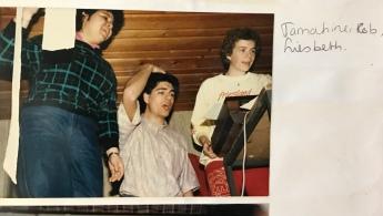 Rob (midden), de donkerharige dirgent van het studentenkoor waar ik in zat, met andere koorleden. April 1986