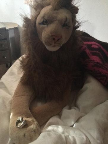 """Tijdens de tweede """"Alice In Wonderland"""" werd mijn dubbele leeuwenring bezorgd. Ik had deze net als de eerste leeuwenring gevonden op eBay. Dit was een """"older estate ring"""" en ik bood erop, net als bij de eerste en kreeg hem voor exact dezelfde prijs: $50"""