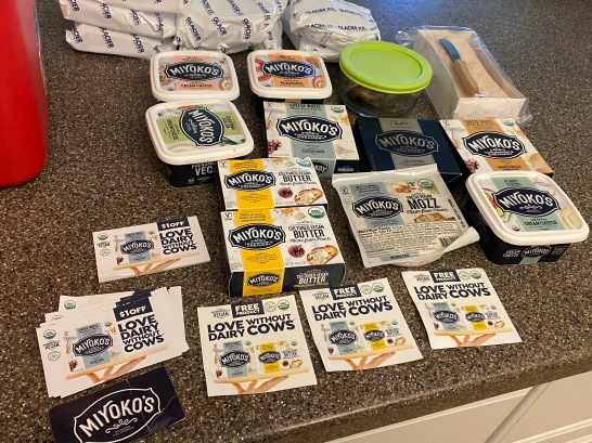 Bij verschillende gelegenheden schonk Melanie me enorme hoeveelheden goddelijke veganistische kaas en boter, Miyoko's